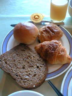 ホテルのバイキングでパン再び